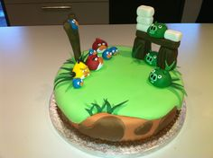 cake de angre burd | angry birds cake with characters an a scene from the angry birds game ...