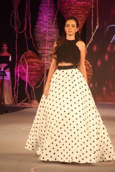 falda y croptop en blanco y negro Waist Skirt, High Waisted Skirt, Bolivia, Skirts, Vintage, Style, Fashion, Ball Dresses, Dressing Rooms