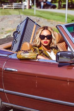 Who made Beyonce Knowles's green hat, black sunglasses, and luggage? Beyonce Coachella, Goyard Bag, Idol, Beyonce Style, Isla Fisher, Boy Meets Girl, Amal Clooney, Green Hats, Beyonce Knowles