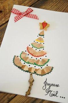 Les enfants se régaleront à créer cette jolie carte de sapin de Noël avec de simples épluchures de crayons de couleurs...