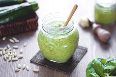 Il pesto di zucchine è un condimento gustoso, fresco e leggero, ideale per preparare primi piatti veloci e saporiti.