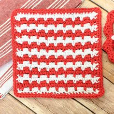 I have another kitchen crochet pattern for you today! This time a happy and colorful crochet dishcloth pattern. As you can see, I stayed with with red and white to coordinate with my crochet edged tea towels and crochet potholders.