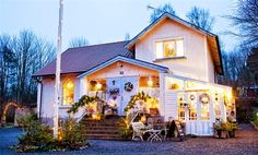 Keltainen talo rannalla: Kolme jouluista kotia