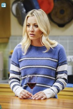 Photos - The Big Bang Theory - Season 11 - Promotional Episode Photos - Episode - The Tesla Recoil - Kaley Cuoco, Lgbt, Big Bang Theory Penny, Best Sitcoms Ever, Melissa Rauch, Facial Recognition, Hair 2018, Beautiful Celebrities, Gorgeous Women