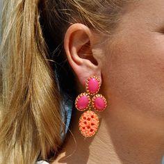 Diese sommerlichenOhrringe Lola mit Clips in den knalligenFarben Pink und Koralle sind eine trendigeErgänzung zu bunten Outfits im Colour Blocking.…