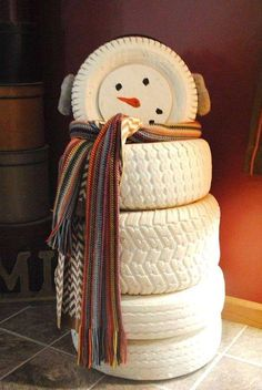 Decorazioni natalizie con il riciclo creativo - Pupazzo di neve con ruote dell'auto