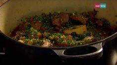 Cucina con Ramsay # 69:  Manzo stufato con gremolada di arancia In genere l'ossobuco si ricava dallo stinco di vitello, ma se volete una scelta più economica, prendetevelo di manzo. Il midollo osseo conferisce al brodo una ricchezza fondente, perciò preferite un taglio della parte superiore, dove l'osso è più grande. Per ottenere un piatto ancora più...