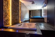 Un espace nuit contemporain avec son spa et sa vue sur la Seine, par Tiphanie Knapho, notre architecte d'intérieur à Cergy-Eaubonne.