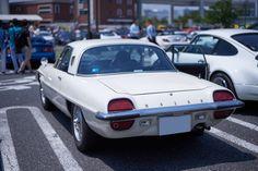 マツダのロータリーエンジンの系譜はここから始まった。1967年に世界で初めて実用車として量産ロータリーエンジンを搭載したのがこのマツダ コスモスポーツだ。