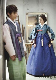 Darling couple in hanbok Korean Traditional Dress, Traditional Fashion, Traditional Dresses, Korean Dress, Korean Outfits, Modern Hanbok, Oriental Dress, Korean Wedding, Korea Fashion