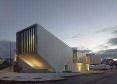 Óscar Pedrós designs a media library with a cantilevered auditorium