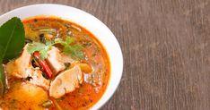 Cuisinez cette recette de soupe Tom Yum au poulet et sentez les parfums de la Thaïlande envahir votre cuisine. Ce grand classique thaï saura vous charmer!