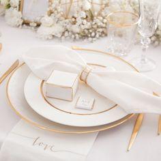 Piękne pudełeczka z subtelnym wzorem mieniącej się w złotym kolorze gałązki to idealny pomysł na opakowanie drobnych łakoci dla Waszych gości. Położone obok nakryć będą cudownie uzupełniały dekorację stołu weselnego. #kolekcjaslubna #slub #wesele #dekoracjeweselne #dekoracjeslubne Marc Jacobs, Chloe, Bags, Handbags, Bag, Totes, Hand Bags