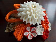福よせ❖艶やかな花々を添えて。 淡いクリーム&赤 1点もの画像1 つまみ細工 結婚式 ウェディング 成人式 卒業式 髪飾り ヘアコーム tsumami zaiku. Luxurious Hair Accessories.Kimono material.Antique obi fabric.plaited cord.Silk cloth.