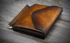 ITALIAN LEATHER WALLET A leather clip wallet dedicated to all those who appreciate true craftsmanship and want to distinguish himself from other people.  I studied what a men want in a wallet and designed my wallets to be as functional as possible, practical to use and to have a long life. I hand crafted them with these ideals in mind.  In my shop it is possible to find any wallet a man could need: different sizes, different shapes, different colors and different threads. Do you prefer…