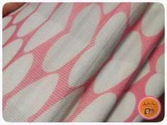 Me he dado cuenta de que últimamente casi todas las telas que compro son de camiseta. Me encanta la variedad que se puede encontrar hoy en día en este tipo de tejido. Es un tejido de punto de algodón o mezcla, como si fuera un jersey tejido a dos agujas, pero con una hebra tan …Leer más...