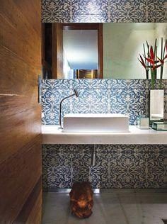 Lavabo mega charmoso com azulejo português ao fundo.