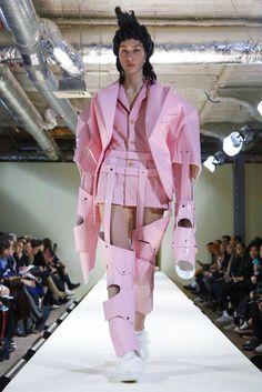 Comme des Garcons Ready To Wear Fall Winter 2016 Paris Anti Fashion, Fashion Line, Pink Fashion, Runway Fashion, Fashion Trends, Cyberpunk Mode, Cyberpunk Fashion, Rei Kawakubo, Fall Fashion 2016