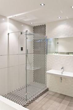 """SALONI VANTAGE to połączenie świata czerni ze światem bieli. Dualistyczny klimat dopełnia dekor 3D przypominający """"zmięty papier"""" oraz designerski dekor w biało-czarne trójkąty. #inspiracje #aranżacje #łazienka #bathroom #bath #prysznic #płytki #inspiration #modern #design"""