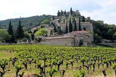 Avec le Canigou pour toile de fond, Castelnou se découvre dans un cadre magnifique. Dominé par un château du Xe siècle, le village des Pyrénées-Orientales n'est qu'à une vingtaine de kilomètres de Perpignan. © Roland Courtin Installé sur le littoral de...