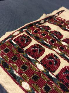 Altita camasa de Basarabia Folk Embroidery, Traditional Outfits, Cross Stitch Patterns, Bohemian Rug, Textiles, Costumes, Dress Up Clothes, Fancy Dress, Fabrics