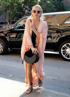 Margot Robbie Satchel - Margot Robbie topped off her ensemble with a black satchel.