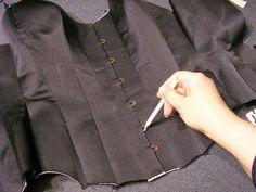 O corpete é uma peça de roupa muito usado pela mulher para reduzir a cintura e manter o tronco direito, conferindo mais elegância a quem o usa. Porém não h