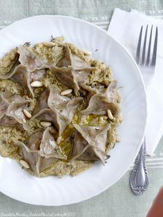 Ravioli with radicchio and speck of artichoke pesto Dessert Pasta, Tortellini, Gnocchi, Vegan, Pasta Recipes, Pesto, Food To Make, Food Photography, Food And Drink