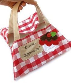 Oggi realizziamo insieme a Sara un porta torta in tessuto con applicazioni ricamate! Sewing Tutorials, Sewing Projects, Sewing Patterns, Bear Patterns, Cake Carrier, Country Crafts, Craft Work, Fabric Scraps, Pet Toys