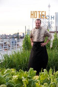 Floren Domezain, en la huerta del Wellington, la materia prima del mayor huerto urbano de Madrid
