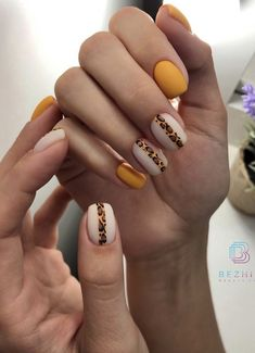 Semi-permanent varnish, false nails, patches: which manicure to choose? - My Nails Yellow Nails Design, Yellow Nail Art, Pink Nail, Cute Nails, Pretty Nails, Hair And Nails, My Nails, Nail Patterns, Pattern Nails