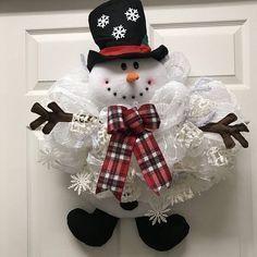 TUTORIAL for Santa Claus wreath, DIY craft projects Christmas Holiday Wreath easy tutorial large wreath, ChantybyChanty - AmigurumiHouse Snowman Door, Snowman Wreath, Snowman Crafts, Holiday Crafts, Santa Wreath, Snowflake Wreath, Christmas Mesh Wreaths, Christmas Door Decorations, Christmas Crafts