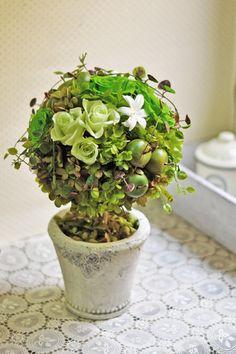 青りんごとハニーグリーンのローズをアレンジしたグリーントピアリー。 爽やかなグラデーションが鮮やかでフレッシュなデザインです。プリザの白いチューベローズが林檎の花をイメージ。インテリアグリーンとしても飾っていただけるとてもかわいいアレンジメントです。