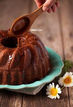Para surpreender a amiga mais gulosa, a que cozinha muito bem ou a que brinca com as suas potencialidades gastronómicas, sugerimos um Bolo de Iogurte e Chocolate com… Cobertura de Leite Condensado!