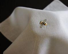 リネンの端切れを友人にロックミシンをかけてもらいました。 . 蜂の刺しゅうがぴったり . #樋口愉美子 #エルアターブル #elleatable #embroidery #handembroidery #刺しゅう #刺繍 #蜂 #bee #リネン #linen #cssakuhinpost