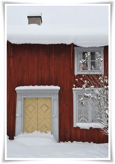 the snow makes it all the better Norwegian House, Swedish House, Scandinavian Home, Scandinavian Christmas, Exterior Paint, Interior And Exterior, Stockholm, Red Houses, Door Entryway