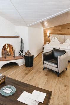 Diese Themensuite liegt im 2. Stock und bietet Platz für 2-5 Personen. Sie verfügt über ein Schlafzimmer für 2 Personen mit offenem Kamin und einer kuscheligen Couch, die bei Bedarf in eine weitere Schlafgelegenheit umgewandelt werden kann. Ein zweites Schlafzimmer bietet Platz für 2 Personen. Couch, Open Fireplace, Pool Chairs, Bedroom, Settee, Sofa, Sofas, Couches, Daybed