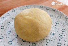 Las famosas empanadas argentinas suelen ser más grandes de lo que en España se llamarían empanadillas. La masa está hecha con harina de trigo y grasa. El relleno varía de provincia en provincia.