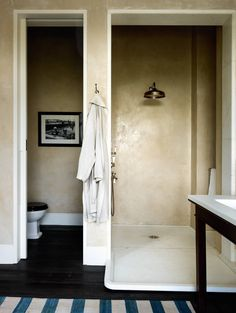 The bathroom walls are covered with tadelakt plaster, while the walk-in shower has a projecting marble base. Classic Bathroom, Modern Bathroom, Family Bathroom, Minimalist Bathroom, Bathroom Fixtures, Bathroom Flooring, Basement Bathroom, Bathroom Furniture, Master Bathroom