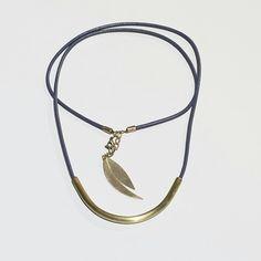 Collar de cuero(leather) gris y latón(brass), se puede poner en largo y corto...