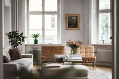 se - For the love of the Barcelona Chair White Plastic Chairs, Island Chairs, Ghost Chairs, Living Spaces, Living Room, Flat Ideas, House Inside, Bedroom Chair, Barcelona Chair