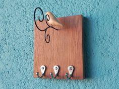 Cabideiro em metal sobre madeira com passarinho de cerâmica em arame. Wood Stone, Wire Crafts, Sculpture, Wire Art, Wall Hooks, Wood And Metal, Decoupage, Hanger, Crafty