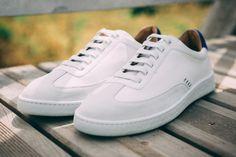 Baskets blanches et bleues In Corio Maxime en cuir et velours #chaussures #baskets #sneakers #corio #maxime #coriomaxime #blanc #bleu #cuir #velours #shoes #white #blue #leather #velvet Sneakers, Velvet, Leather, Shoes, Shoes For Suits, White Sneakers, Blue, Tennis, Slippers