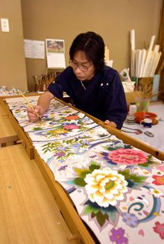A Kaga Yuzen artisan dyeing a length of silk. Kaga Yuzen Kimono originated in Kanagawa, Japan. Textile Design, Textile Art, Fabric Design, Shibori, Art Tribal, Silk Art, Japanese Textiles, Japanese Outfits, Fabric Painting