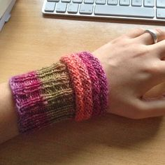 Free instructions: Super simple Mojo wrist warmers - Caros Fummeley - Knitting for beginners,Knitting patterns,Knitting projects,Knitting cowl,Knitting blanket Arm Knitting, Knitting Needles, Knitting Patterns, Crochet Patterns, How To Start Knitting, Knitting For Beginners, Crochet Gloves, Knitted Hats, Dou Dou