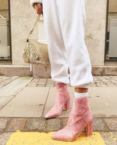 How to Style Pink Boots - Pink Booties - Chunky Boots - How to Style Chunky Boots Sock Shoes, Cute Shoes, Me Too Shoes, Shoe Boots, Boot Heels, Ankle Boots, Look Fashion, Fashion Shoes, Winter Fashion