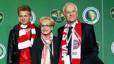 Eindeutig Bayern-Fans: Dr. Edmund Stoiber (astro snake 28Sep1941) und Familie http://www.bild.de/sport/fussball/dfb-pokal-finale/promis-im-stadion-tom-hanks-und-schroeder-36022556.bild.html