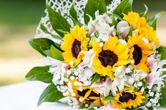 I girasoli aggiungono un tocco di colore e di estate a questo bouquet.