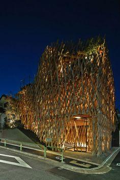 斬新と伝統。「地獄組み」と呼ばれる構造を用いた南青山にある隈研吾の大胆な建築作品