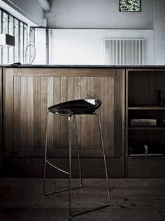 DESALTO Flan stool >>> The Italians certainly know how to do 'sleek'. The seat rest is as finely curved as a Ferrari.